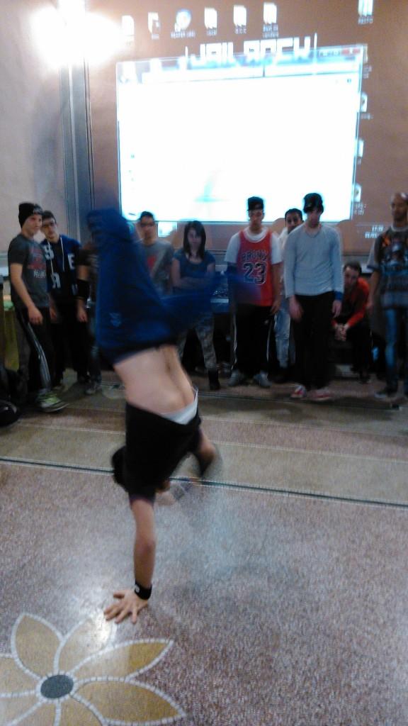 Spericolate evoluzioni dei ragazzi della break dance in Sala Prima Classe